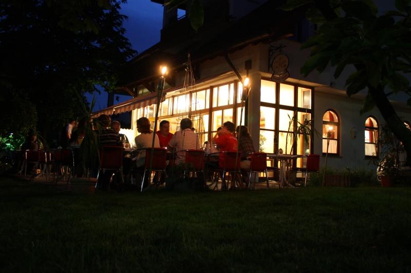 Genießen Sie leichte Speisen und erfrischende Getränke an warmen Sommerabende!